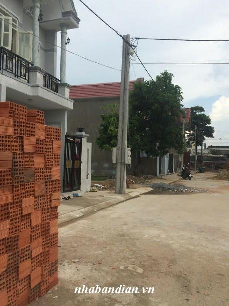 Nhà nằm trong khu dân cư đông an ninh, gần chợ, gần trường tiện lợi cho việc đi lại con cái học hành