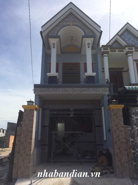 Bán nhà lầu hai mặt tiền đường nhựa đẹp 80m2 trong khu dân cư đông gần đường ĐT-743