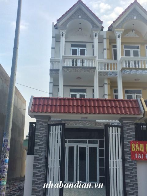 Nhà 2 tấm mặt tiền đường nhựa sát bên đường Trần Hưng Đạo sân rộng để xe hơi